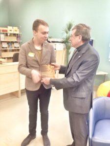 А.И. Сазонов передает книгу о деревянной Вологде в библиотеку новой школы №42