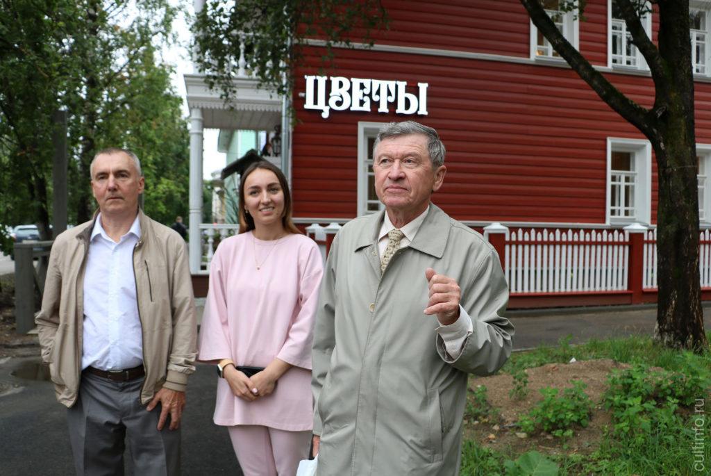 А.Сазонов проводит экскурсию перед открытием выставки печных дверок в доме Дружининых 15.07.2020